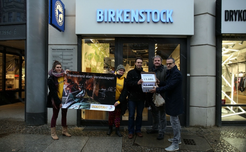 Transparenz statt Versteckspiel - Unterschriftenübergabe, Birkenstock Berlin